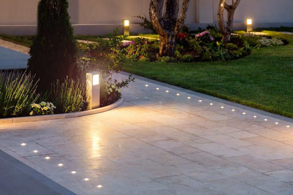 5 formas de decorar tu jardín con luminarias solares